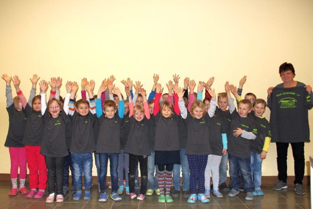 Die Schüler der Klasse 1b mit den T-Shirts.